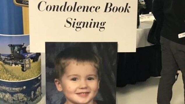 Un livre sur lequel est inscrit : Condolence Book Signing.