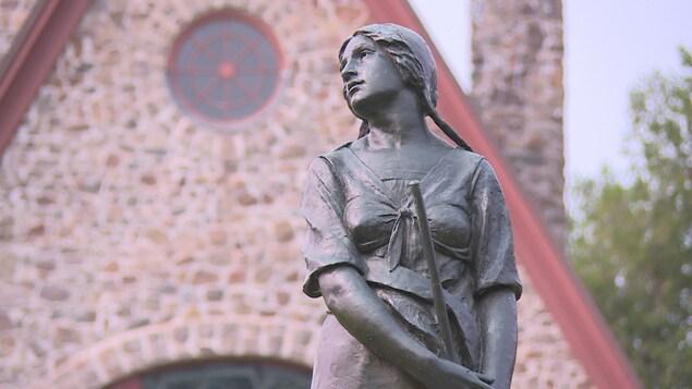 La statue d'Évangéline devant l'église historique de Grand Pré.