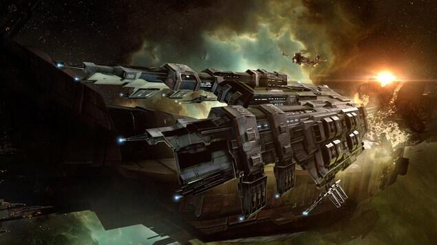 Une capture d'écran du jeu EVE Online montrant un vaisseau spatial de guerre s'éloignant de l'épave d'une autre vaisseau.
