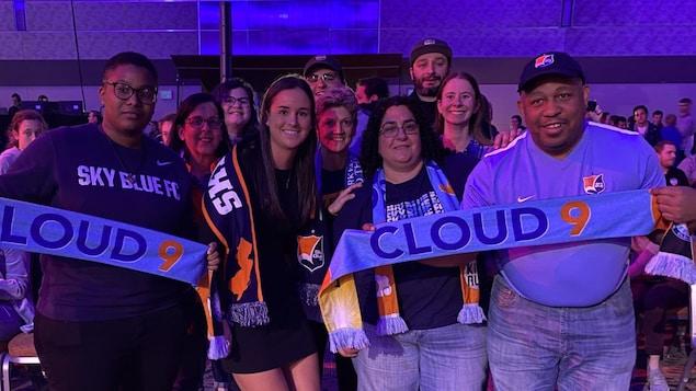 Évelyne Viens et des partisans du Sky Blue FC