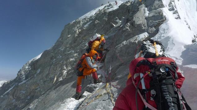 Des alpinistes sur le mont Everest.