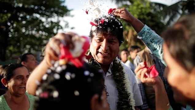 Evo Morales à la rencontre de la foule qui lui lance des pétales de fleurs.