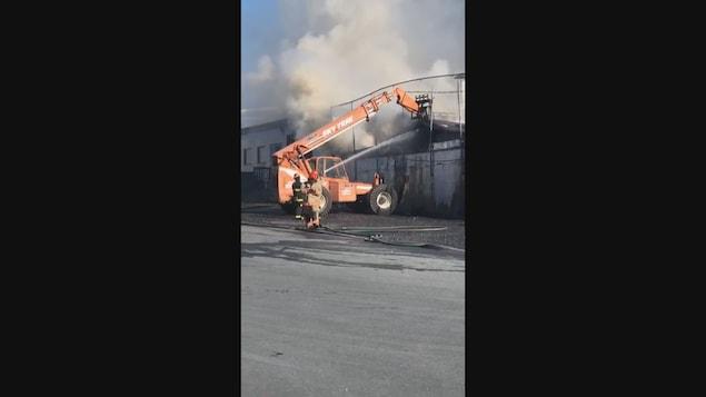 Les pompiers travaillent pour maîtriser l'incendie.