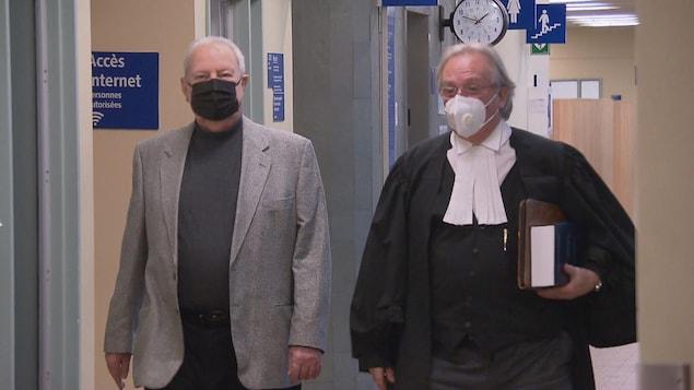 L'ex-propriétaire de la Boucherie Huot accompagné de son avocat au palais de justice de Québec.