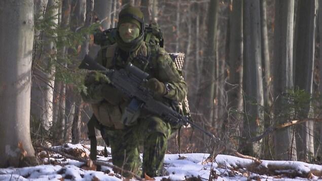 Un soldat en forêt.