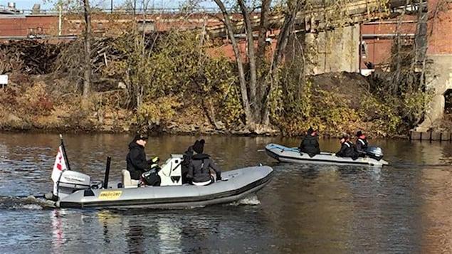 Un exercice militaire aux abords de la rivière Saint-Maurice.