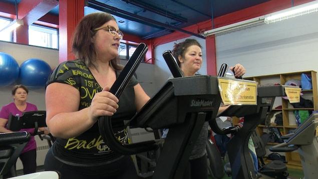 Des femmes dans une salle d'entraînement.