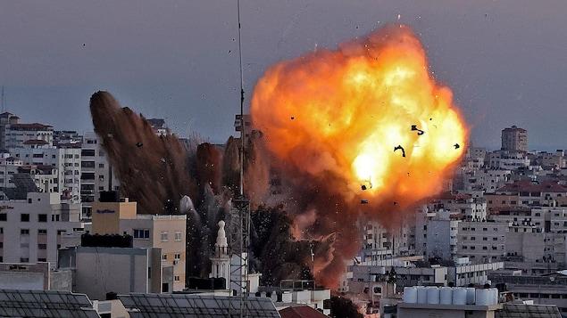 Une explosion dans une zone urbaine.
