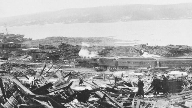 Photo de l'après-explosion montrant la dévastation, ainsi qu'un train en arrière-plan.