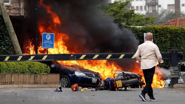 Des voitures en flammes.
