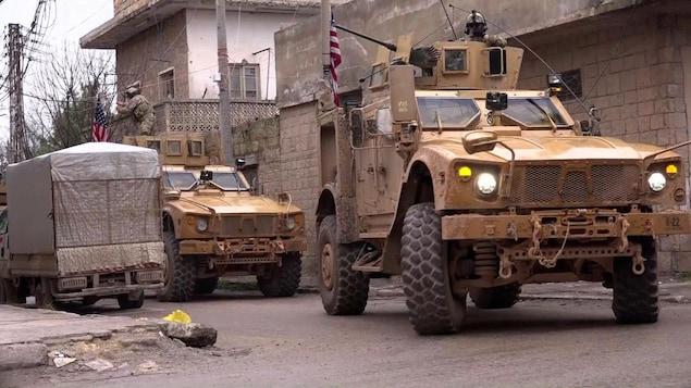 Deux blindés américains sont visibles dans les rues de Manbij.