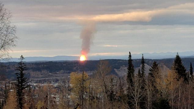 Une boule de feu et un panache de fumée est visible à l'horizon.
