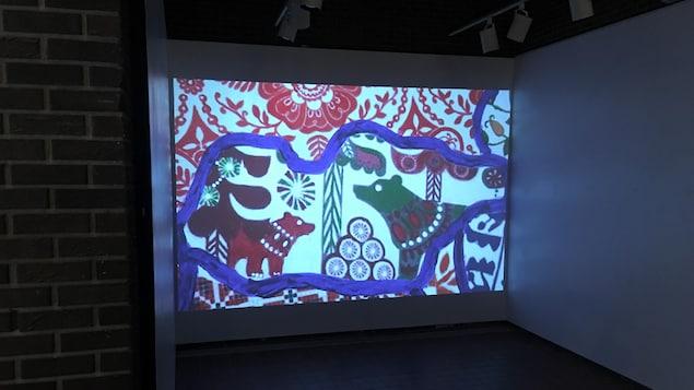 Un grand écran avec des dessins dedans