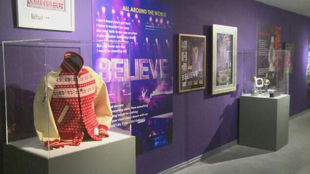 Les murs du musée Stratford Perth sont décorés d'objets appartenant à Justin Bieber.