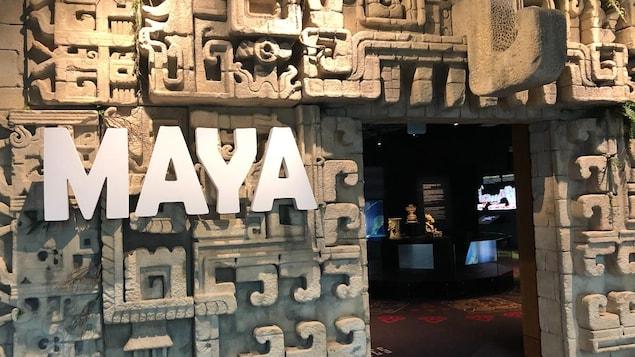 La porte d'entrée de l'exposition avec le mot maya en grosse lettre.