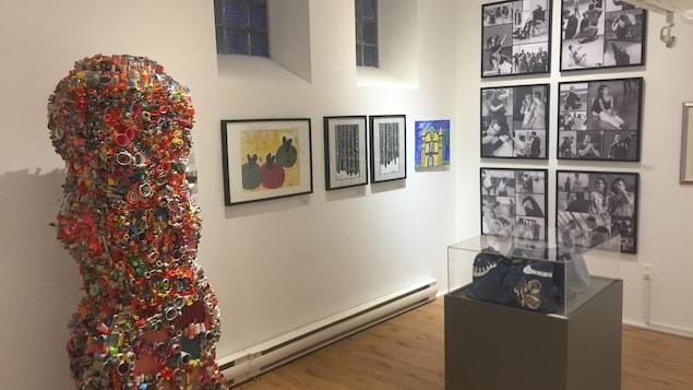 On voit des oeuvres qui font partie de l'exposition.