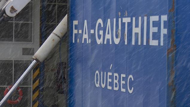 Le nom «F.-A.-Gauthier» gravé sur le traversier