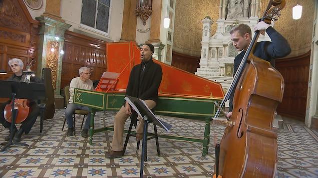 Fabrice Di Falco entouré de ses musiciens à la Chapelle du Musée de l'Amérique francophone.