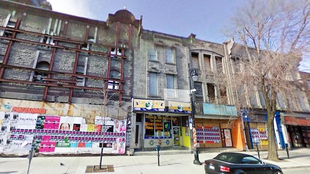 Les façades d'origine de la rue Saint-Laurent, entre la rue Sainte-Catherine et le boulevard René-Lévesque.
