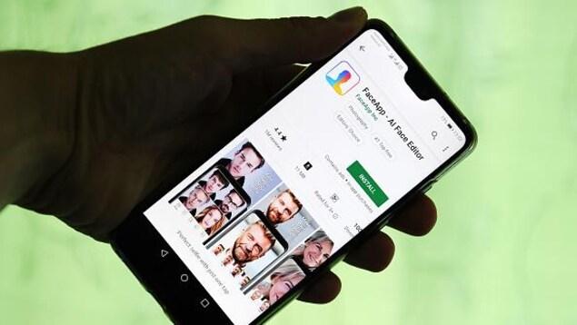 L'application FaceApp affichée sur l'écran d'un téléphone intelligent.