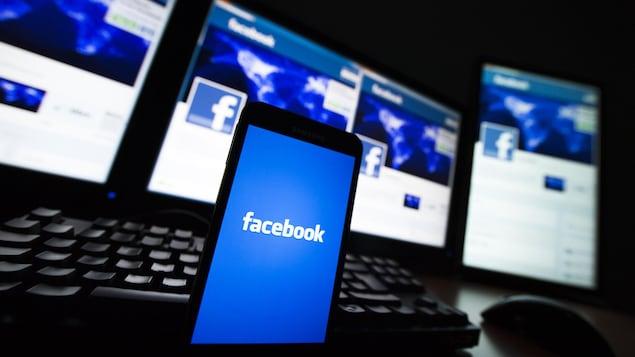 Un écran de téléphone affichant le logo de Facebook.