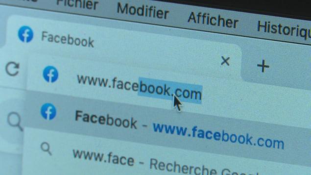 """Une photo d'un URL avec l'indication """"www.facebook.com""""."""
