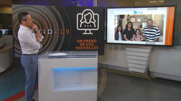 Bruno Savard discute avec une famille de 4 personnes via Skype lors de la pandémie de COVID-19.