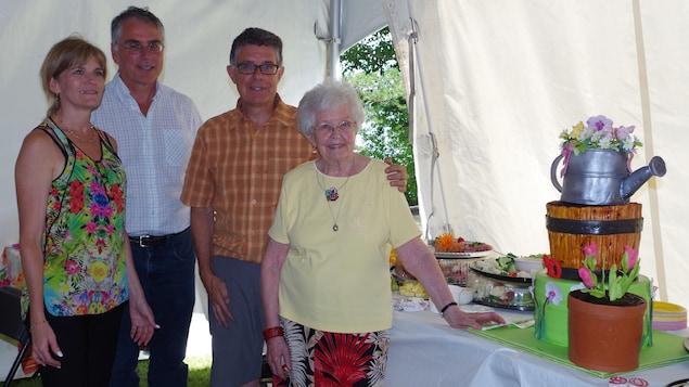 Jean-Claude Martel entouré de ses proches lors du 90e anniversaire de sa mère.