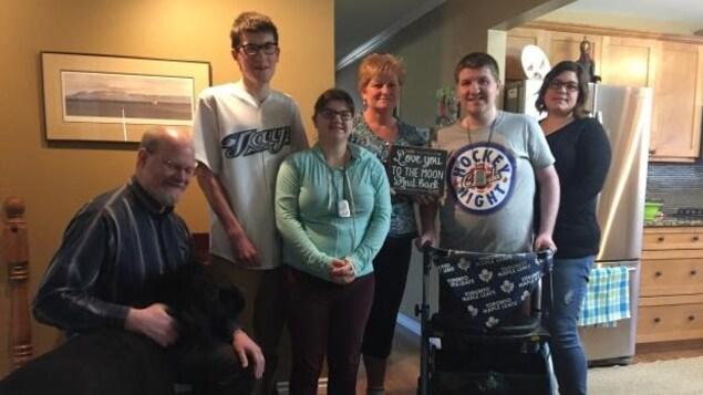 Earla Navratil accompagnée de ses trois enfants, Joseph, Avery, Peter-Justin, d'un ami de la famille (à gauche) et d'une travailleuse de soutien qui fournit de l'aide à la famille.