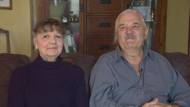 Florence et Georges Beaudry sont assis sur un canapé et sourient.