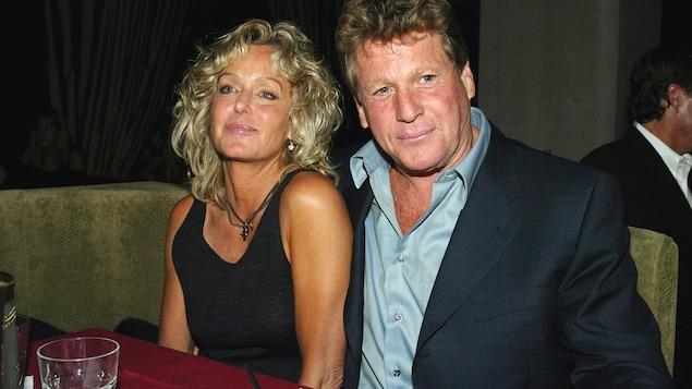 La femme et l'homme sont assis l'un à côté de l'autre.