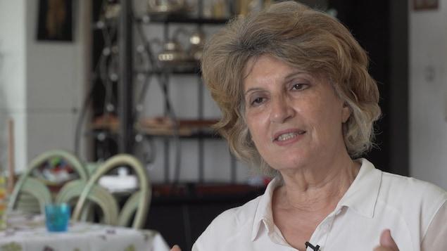 Fatma Oussedik parle à la caméra.