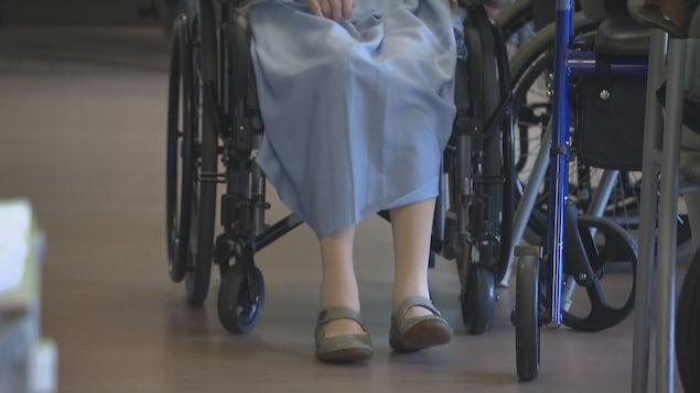 Une dame sur un fauteuil roulant