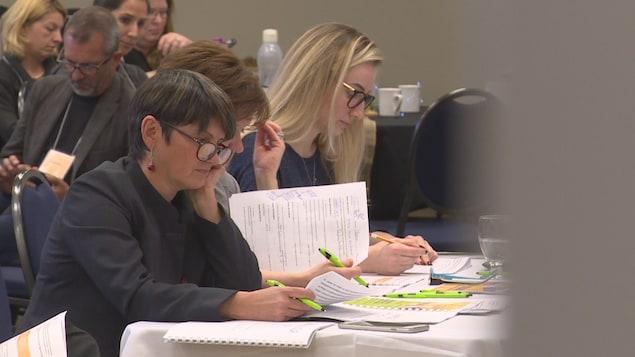 Des membres de la Fédération des parents francophones de l'Alberta dans une salle de la Cité francophone d'Edmonton.
