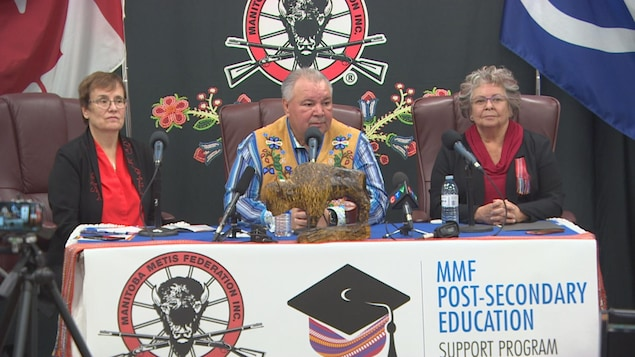 Annette Trimbee, présidente et vice-rectrice de l'Université de Winnipeg, David Chartrand et Joan Ledoux de la Fédération métisse du Manitoba.