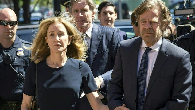 L'homme et la femme se tiennent par la main.
