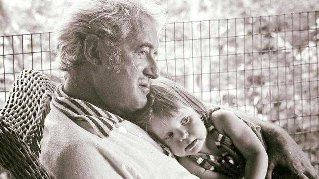 Félix et sa fille Nathalie au début des années 70. Félix berce sa fille qui a environ 2 ans.