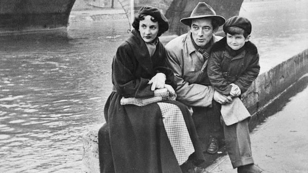 Félix Leclerc, sa première épouse Andrée Vien et leur fils Martin.  Paris, 1951.