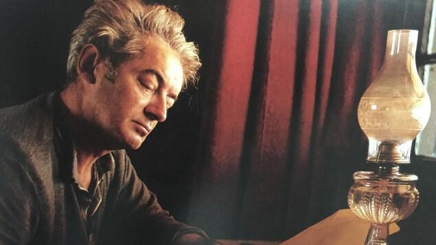 L'une des photographies présentées dans le cadre de l'exposition sur Félix Leclerc au MPP de Drummondville. On aperçoit Félix Leclerc, assis à son bureau.