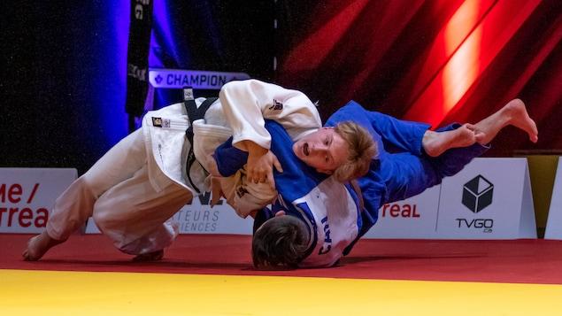 Félix-Olivier Bertrand, au sol avec son opposant, pendant un duel de judo.