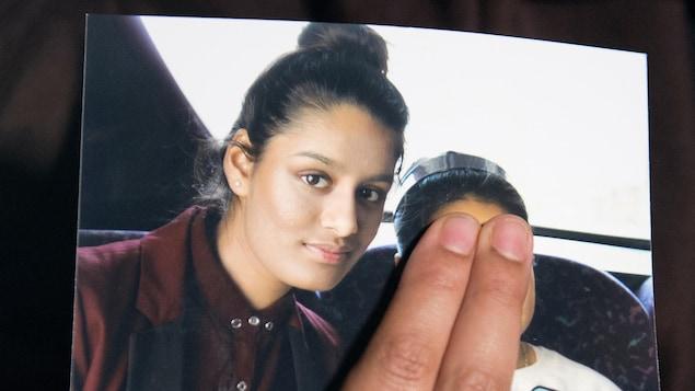 Photo d'une jeune femme aux côtés d'un enfant dont le visage est caché.