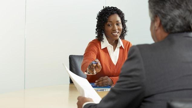 Un homme s'entretient avec une jeune femme pour une entrevue.