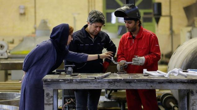 L'Iranienne Leila Daneshvar, directrice générale de KTMA, travaille avec des ingénieurs dans une usine de Téhéran, le 17 mai 2018.