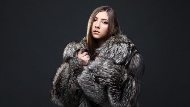 Femme portant un manteau de fourrure.