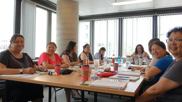 Un groupe de femmes autochtones assises autour d'une table.