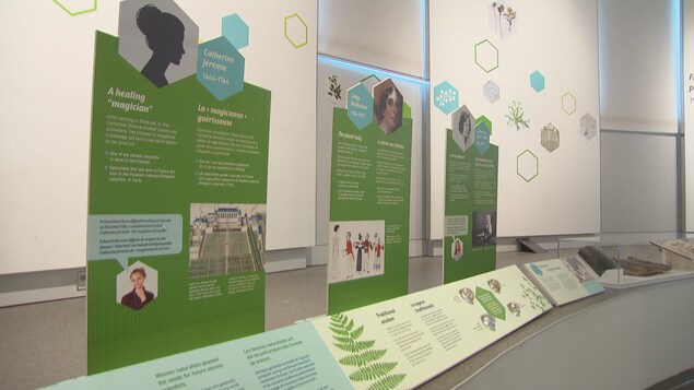 Des panneaux explicatifs mettent en valeur le travail de trois Canadiennes, dont Catherine Jérémie.