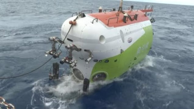 Le submersible Fendouzhe à la surface de l'océan.