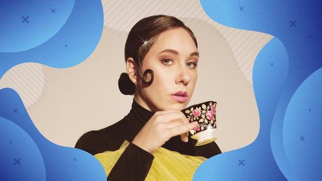 Formes graphiques de couleur bleu encadrants la photo de l'artiste Ariel Charest, vêtue de jaune et noir, buvant un thé.