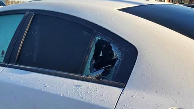 La fenêtre arrière d'une voiture fracassée.