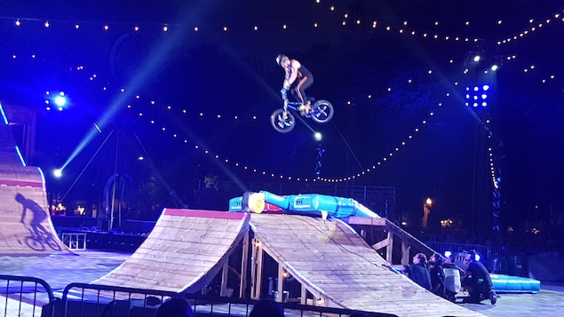 Un homme est sur un vélo dans les airs.